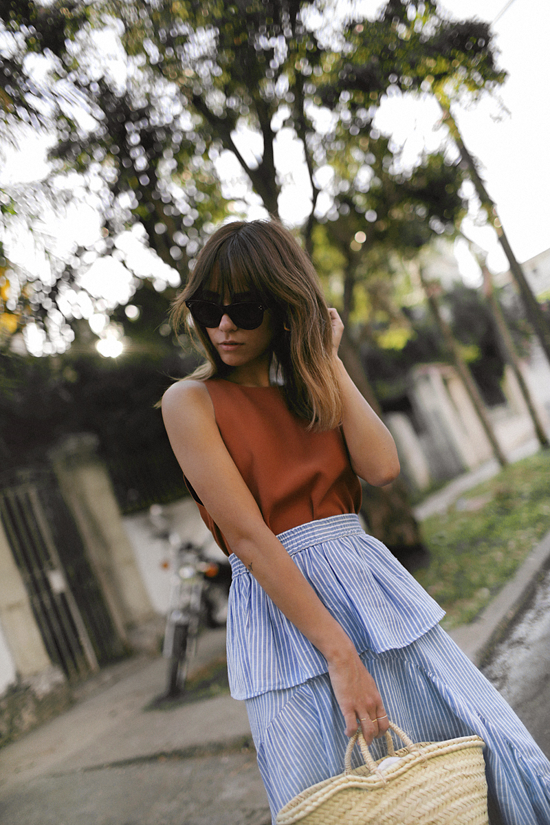 outfit_striped_skirt_volants_colorful_top_straw_bag_cuba_2