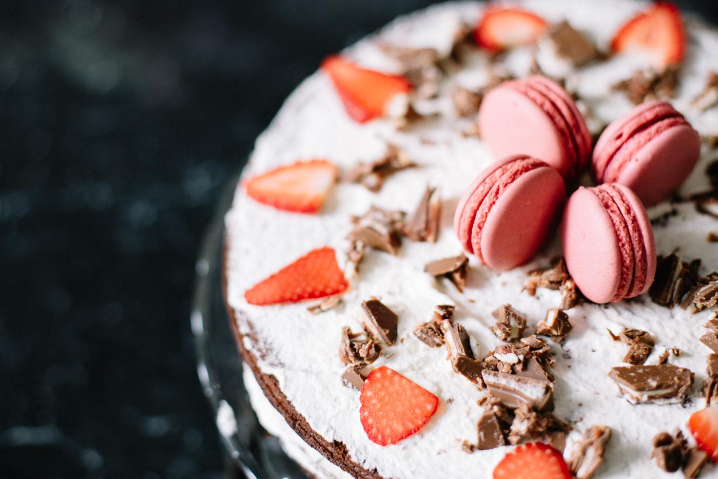 Lindt Creation Macaron - Schokoladenkuchen mit Erdbeeren Rezept | Love Daily Dose