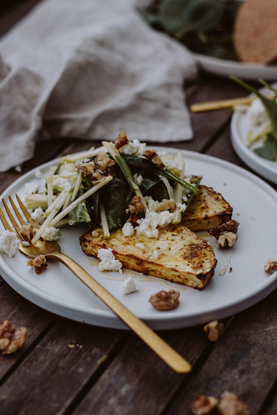 Rezept: Selleriesteak mit Blattspinat-Apfel Salat & Fetakäse