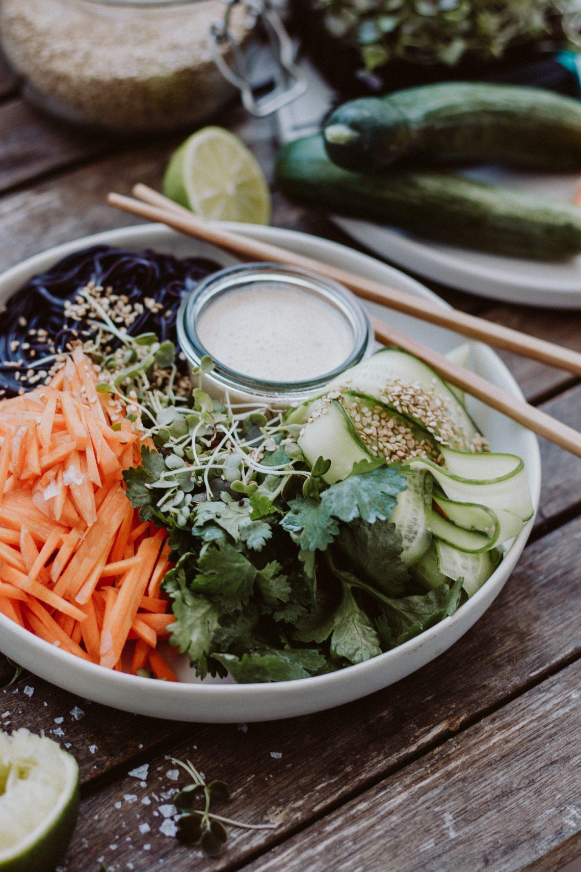 Rezept: Asia Ramen Salat mit Miso Erdnuss Dressing