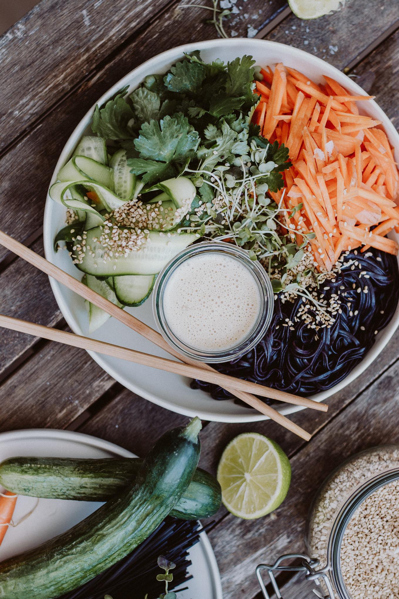 2019 The Daily Dose vegane Asia Ramen Bowl Erdnussbutter Dressing