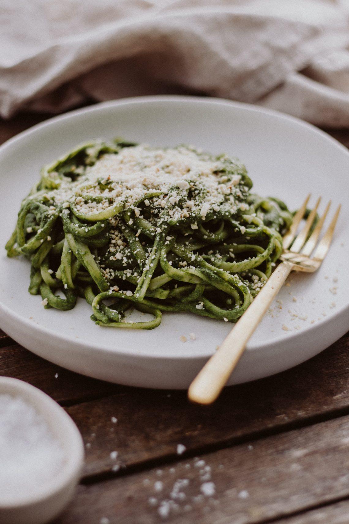 Rezept: Pasta mit Spinat-Kokos Soße & Cashew Parmesan