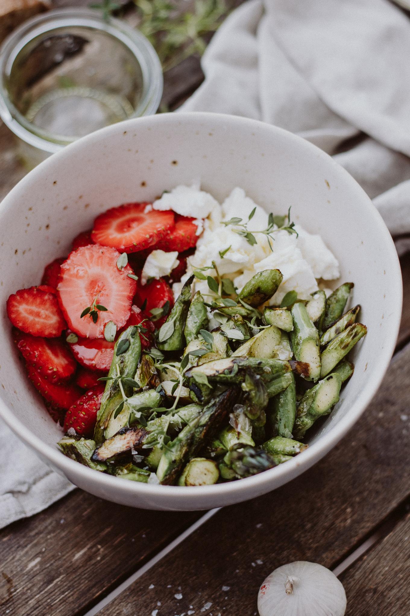 Bruschetta Vorspeise Erdbeeren Spargel Fetakäse The Daily Dose Rezept