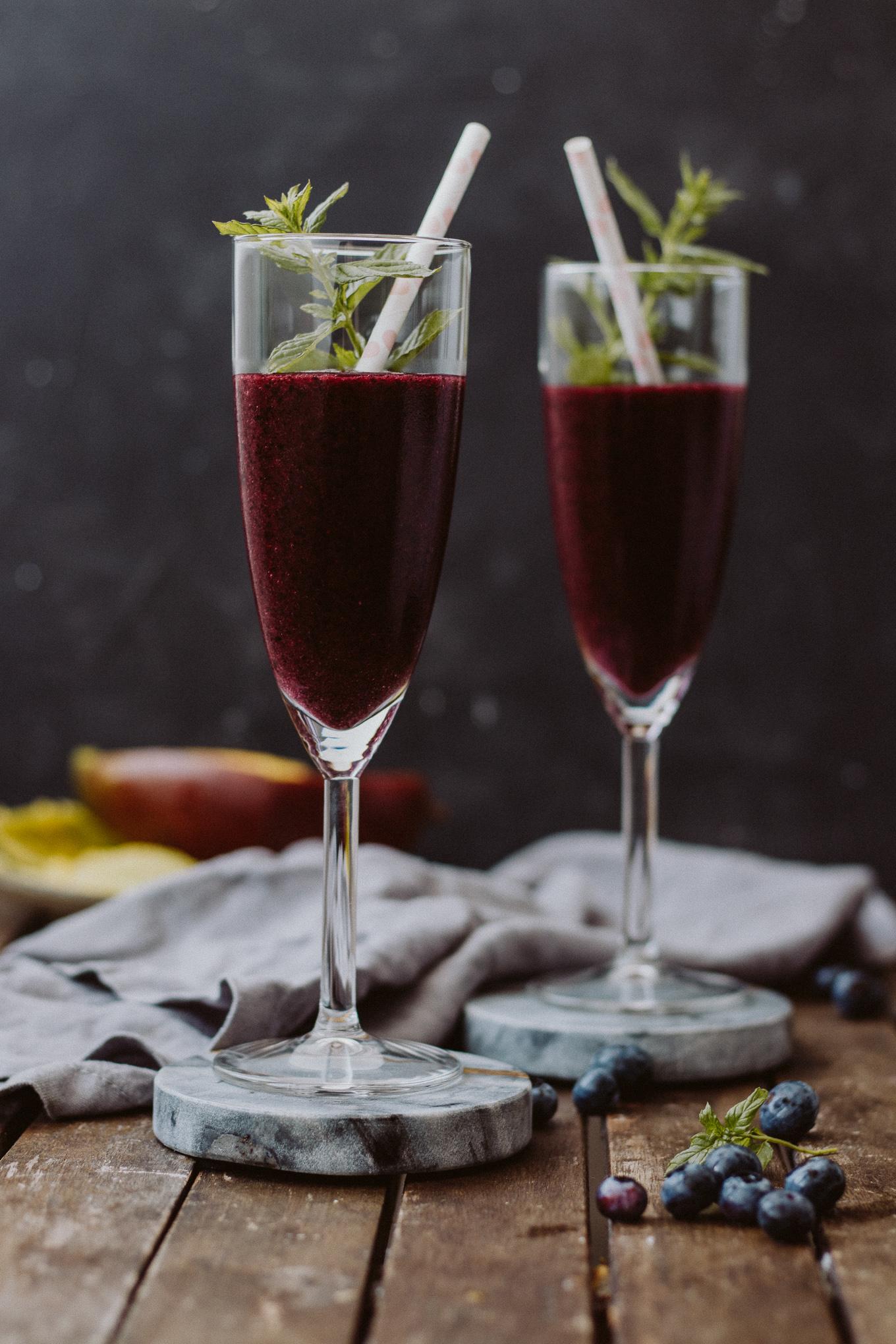 The Daily Dose Bubbly Friday Rezept Blueberry Mango Frozé